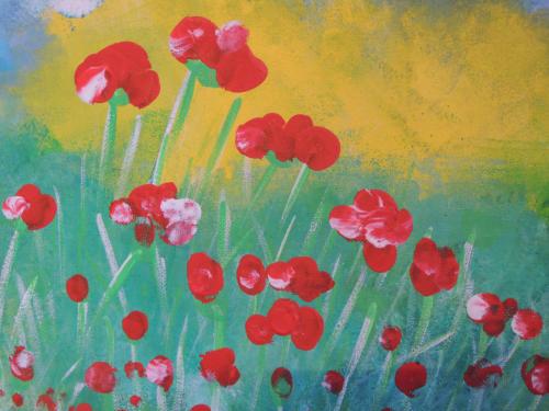Rote Blumen vor gelben Hintergrund